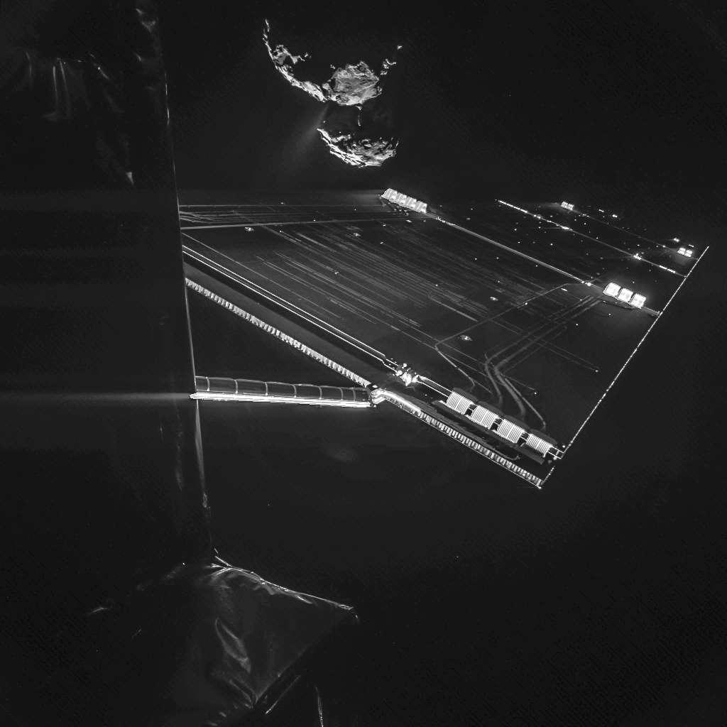 L'arrivée de Rosetta autour de la comète 67P après dix années de voyage interplanétaire et l'atterrissage risqué de Philae à sa surface furent incontestablement des événements historiques qui ont marqué l'année 2014. Ce portrait de Rosetta, avec le noyau de la comète à l'arrière-plan, a été réalisé en octobre 2014 par Philae, alors que l'atterrisseur était encore fixé sur la sonde. © Esa, Rosetta, Civa