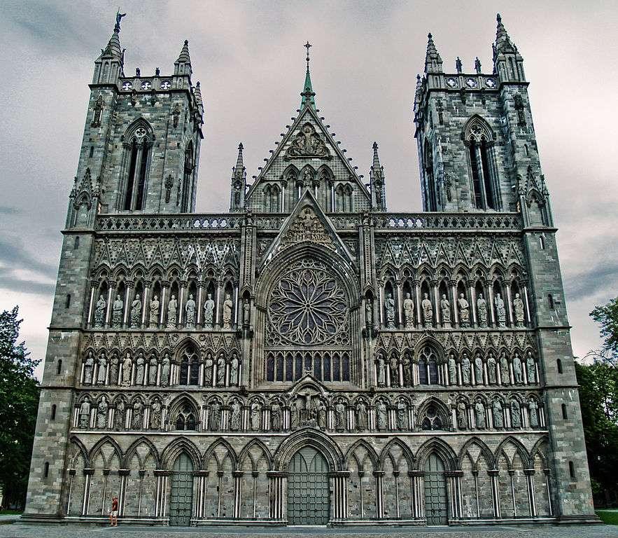 Façade ouest d'une cathédrale gothique au Moyen Âge (Nidaros, Norvège, 1070-1300). Les murs sont soulagés du poids de l'édifice, ce qui permet de gagner en hauteur. © Erik A. Drabløs, Wikimedia Commons, cc by sa 3.0