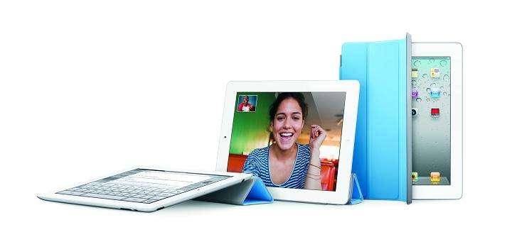 Pliable, l'accessoire SmartCover sert aussi de support lorsqu'on regarde une vidéo sur son iPad 2. © Apple