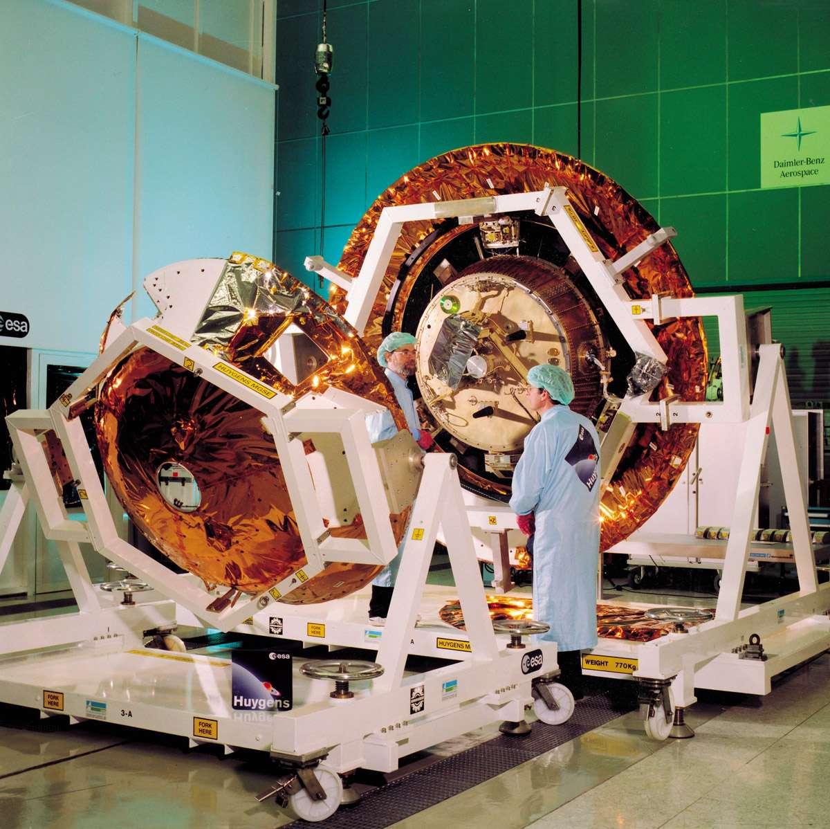 Le module de descente, c'est-à-dire la sonde Huygens, est installée à l'intérieur du bouclier thermique avant que le couvercle la recouvre. Crédit Esa