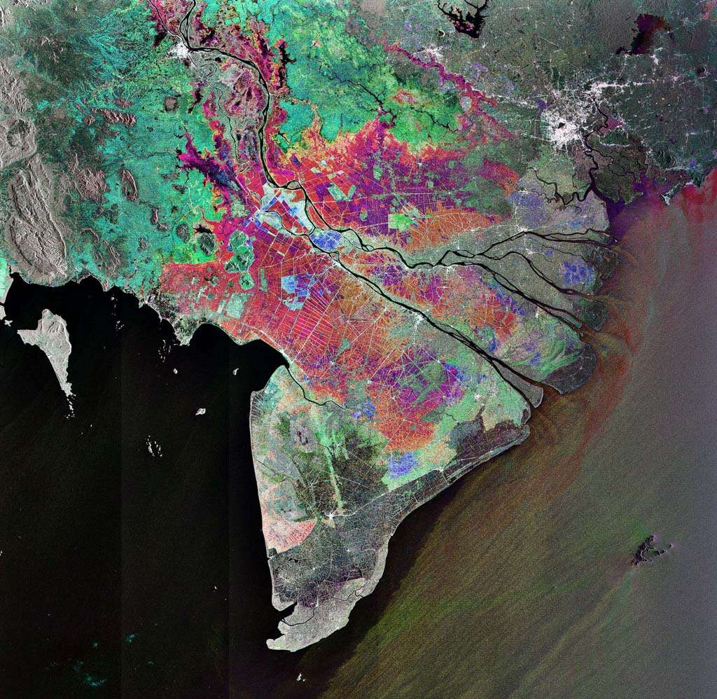 Cette image prise par Envisat montre le delta du Mékong où le douzième fleuve le plus long du monde se divise en multiples bras et se déverse en mer de Chine méridionale. Il s'agit de la combinaison de trois vues acquises au-dessus de la même zone par le radar ASAR les 9 janvier, 13 février et 20 novembre 2007. Les couleurs de l'image indiquent les variations intervenues entre les prises de vues. Source : Esa/Envisat