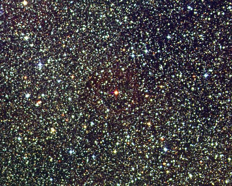 Proxima Centaury est la modeste étoile rouge au centre de cette image. Crédit David Malin / UK Schmidt Telescope / DSS / AAO