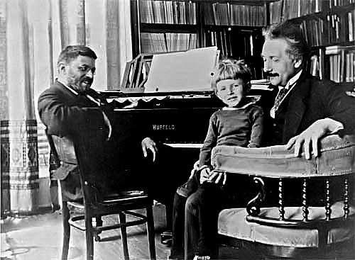 De gauche à droite Paul Ehrenfest, son fils et Albert Einstein. Crédit : www.ilorentz.org