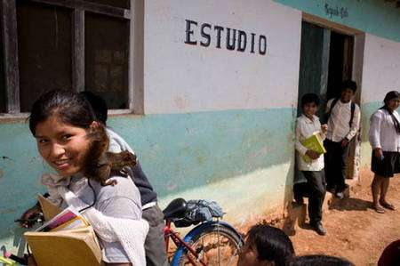 Sortie d'école dans la zone d'une coopérative certifiée Max Havelaar près de Caranavi, dans les Yungas. Grâce au commerce équitable, les producteurs de café ont vu leurs revenus passer de 400 euros en moyenne à 2.200 euros. Le plus souvent, l'un des premiers investissements qu'ils font avec ce surplus est de financer des études pour leurs enfants. © Max Haaveler - Photo Bruno Fert - Tous droits réservés