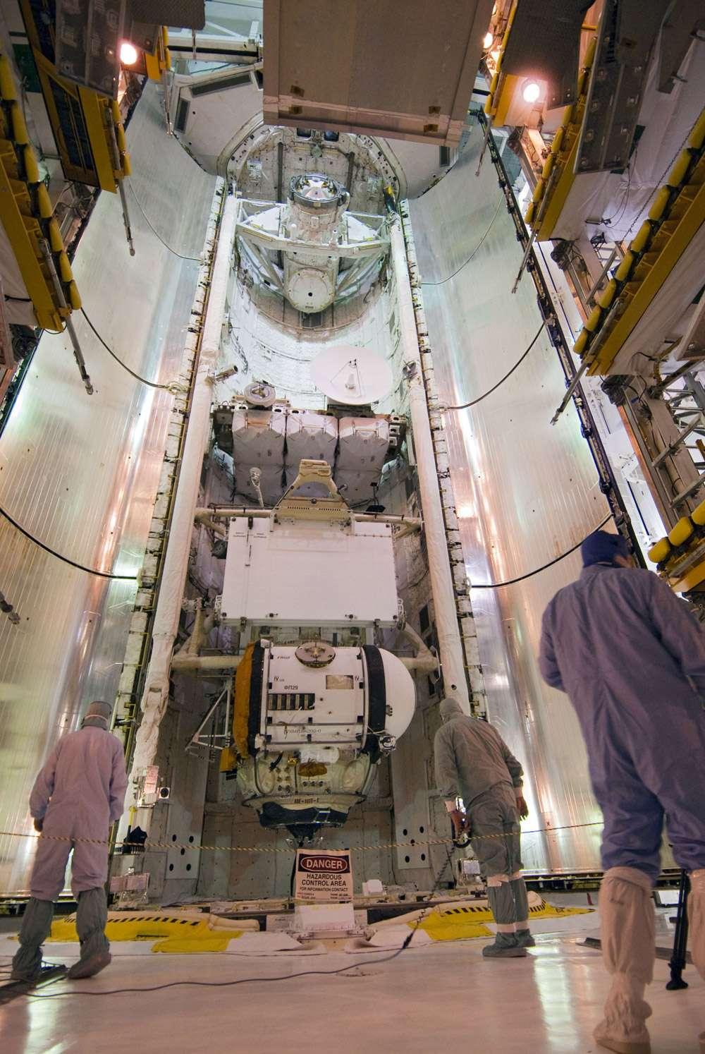 La charge utile d'Atlantis, avec en bas le petit module russe Rassvet (MRM-1), les batteries pour la grande poutre et l'antenne en bande Ku. Crédit Nasa