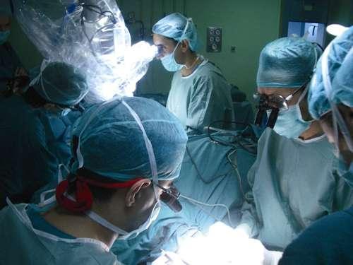 Double greffe de mains par le Dr Cavadas (à gauche). Image d'archives fondation Cavadas.