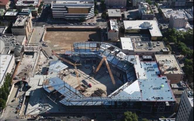 Le chantier du nouveau stade de l'équipe de basket-ball des Kings de Sacramento est surveillé quotidiennement par des drones qui filment l'avancée des travaux. Grâce à la modélisation 3D, le chef de chantier peut constater les éventuels retards par rapport au plan de marche établi par les architectes et même identifier les équipes responsables. © The Sacramento Bee