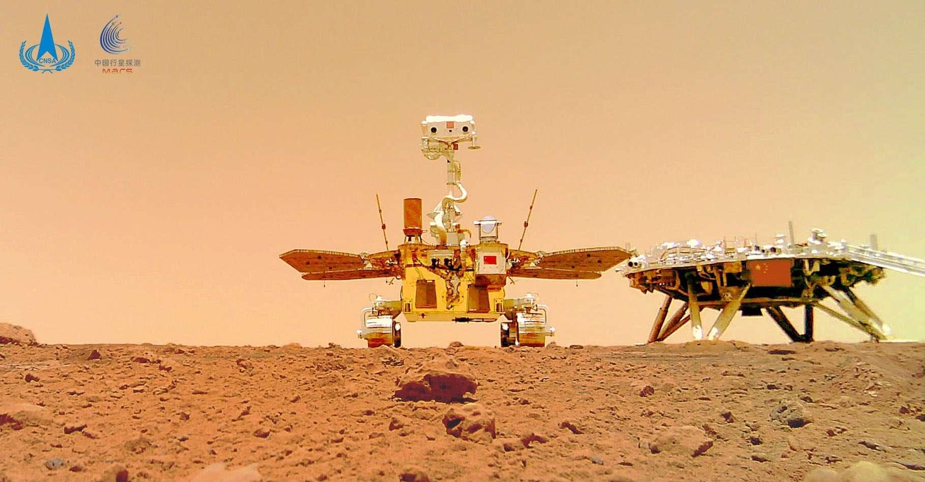 Le surprenant selfie du rover chinois Zhurong, en mission sur Mars, avec son atterrisseur. © CNSA