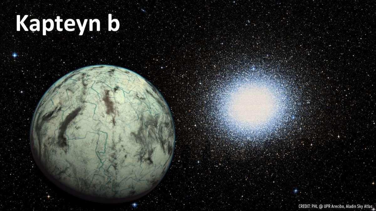 Sur cette illustration, on distingue au premier plan une représentation de Kapteyn b, une superterre potentiellement habitable en orbite autour de la naine rouge Kapteyn distante de seulement 13 années-lumière du Système solaire. Omega du Centaure occupe l'arrière-plan. L'amas globulaire concentre des millions d'étoiles dans un espace restreint et pourrait être le reliquat d'une galaxie naine digérée depuis des milliards d'années par la Voie lactée. © PHL, UPR Arecibo, Aladin Sky Atlas