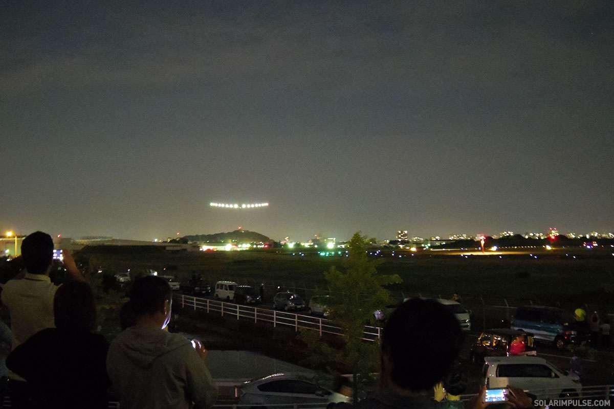 Le SI2 à l'atterrissage à Nagoya le lundi 1er juin, de nuit, après un déroutement dû à de mauvaises conditions météorologiques. © Solar Impulse (photo prise par un spectateur)