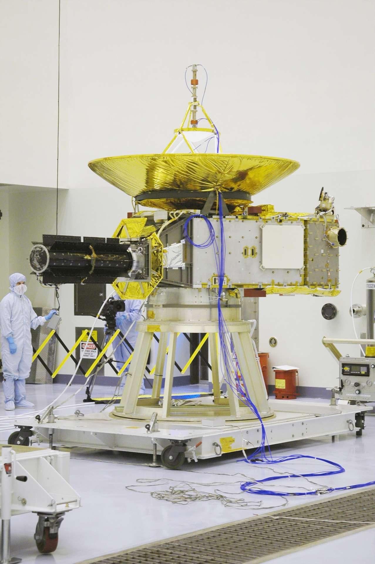 La sonde New Horizon embarque sept instruments. En raison de l'éloignement de Pluton, la lumière solaire est trop faible pour fournir l'énergie nécessaire à l'engin. Donc, pas de panneaux solaires mais un générateur à isotopes radioactifs (RTG, le tube noir sur l'image) capable de fournir suffisamment d'énergie pendant plusieurs décennies. © Nasa