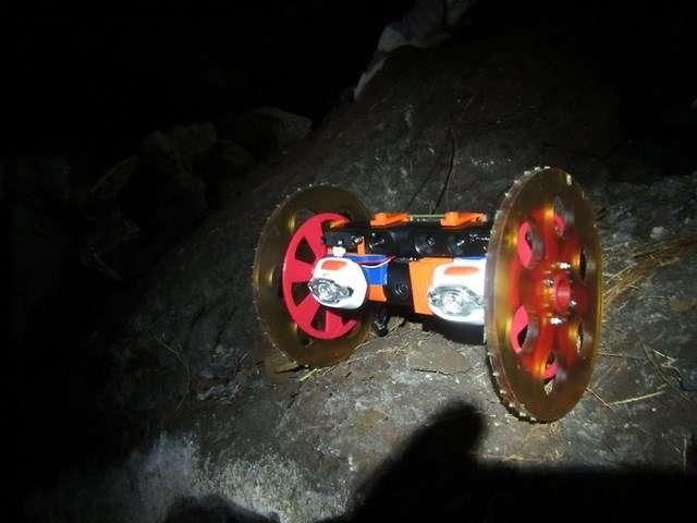 Grâce à ce petit robot, le VolcanoBot, la Nasa explore les crevasses des volcans afin de mieux comprendre les mécanismes des éruptions. Ces données pourraient servir en vue de futures explorations de volcans sur la Lune ou Mars. © Nasa, JPL-Caltech
