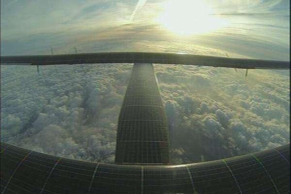 Le SI2 survolant des nuages. L'avion solaire peut voler au-dessus d'eux mais ne peut y pénétrer avec des batteries déchargées lors d'un vol nocturne. © Solar Impulse
