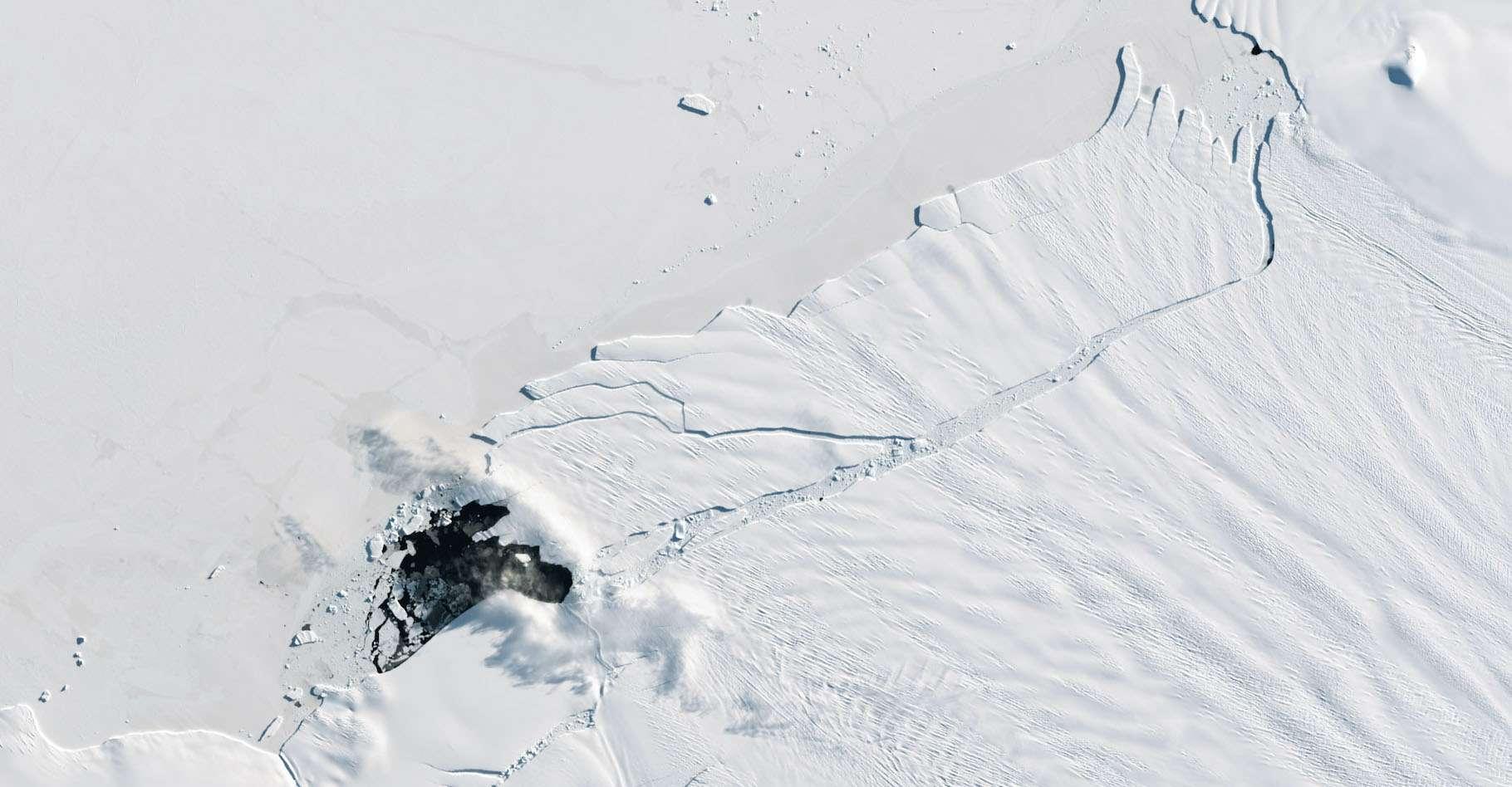 Le glacier de l'île du Pin, Pine Island Glacier, a formé des glaciers en 1992, 1995, 2001, 2007, 2013, 2015, 2017 – en image ici –, 2018 et désormais, 2020. © Earth Observatory, Nasa