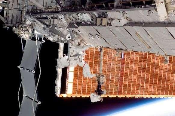 Installation du nouveau panneau solaire de l'ISS. Crédit NASA.