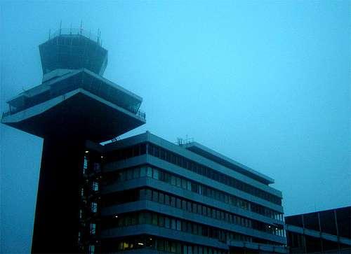 Une tour de contrôle dans la brume. Photo Jean Hambourg (Licence Creative Commons)