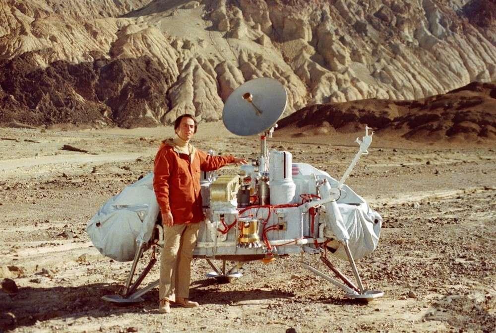 Carl Sagan pose devant la maquette du robot Viking 1. © Nasa