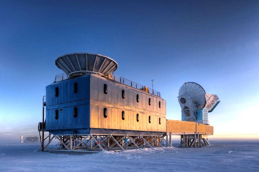 À environ un kilomètre du pôle Sud, les radiotélescopes Bicep2 à gauche et South Pole Telescope à droite permettent à l'humanité de plonger son regard dans la nuit des temps, au tout début de l'origine de l'univers observable, lorsque les atomes et peut-être même les particules de matière n'existaient pas encore. Au fond à gauche, on voit une autre expérience, IceCube, qui sonde les arcanes du cosmos, mais à l'aide de neutrinos et non de photons. © Steffen Richter, université Harvard