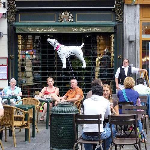 Une contreterrasse peut désigner, comme ici, la terrasse d'un bar. © Andrefromont/fernandomort, CC BY-NC-SA 2.0, Flickr