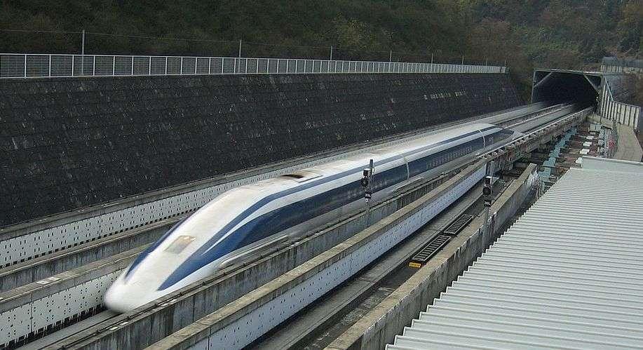 Le Maglev, ce train japonais pas encore mis en circulation, a battu le record de vitesse jusque-là tenu par le TGV, atteignant les 581 km/h grâce à la lévitation magnétique due à la supraconductivité. © Yosemite, Wikipédia, cc by sa 3.0