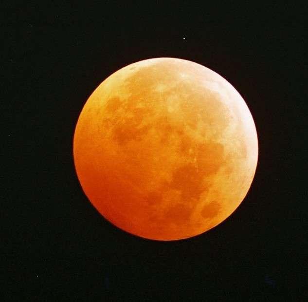 L'éclipse totale de Lune du 28 octobre 2004. © J.-B. Gordien