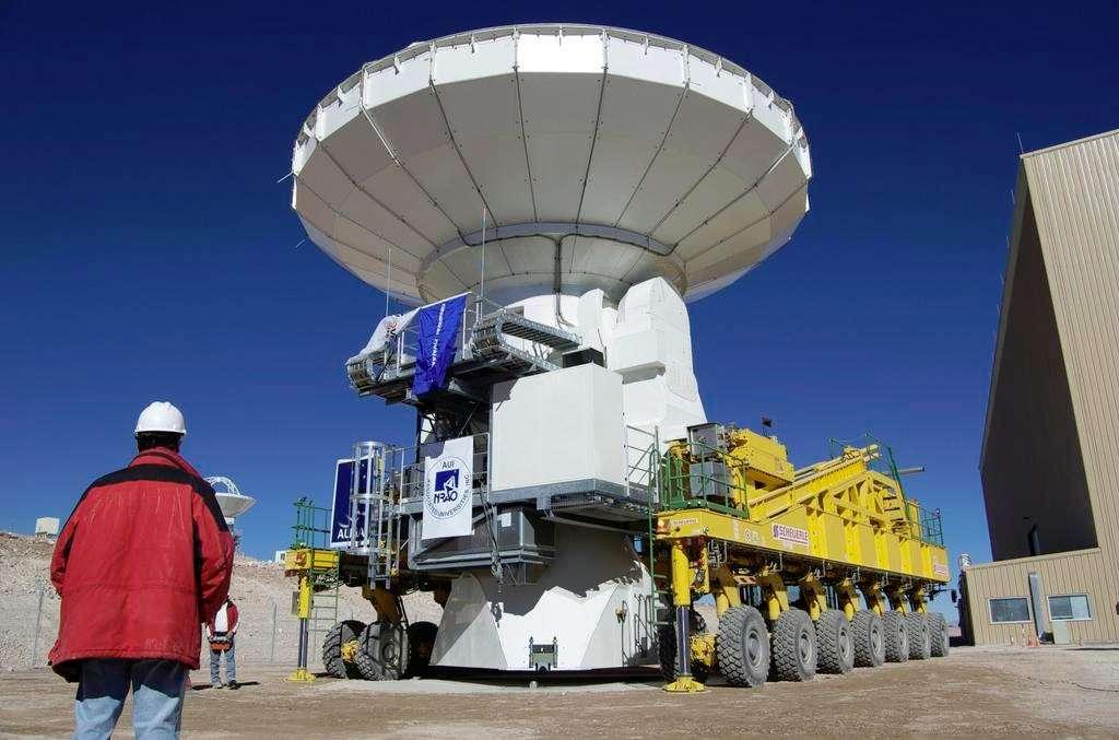 La première antenne de l'Alma est arrivée sur le plateau chilien de Chajnantor. Elle a effectué le trajet (30 kilomètres) depuis le camp de base sur un transporteur de lourd chargement, qui servira également pour déplacer les antennes sur le plateau en vue de nouvelles configurations interférométriques. Crédit Alma