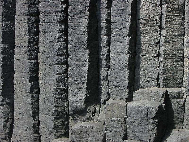 Puisque d'origine magmatique, les basaltes sont issus de la fusion partielle du manteau terrestre, qui est de nature péridotitique. © Hartmut Josi Bennöhr, Wikimedia Commons, cc by sa 3.0