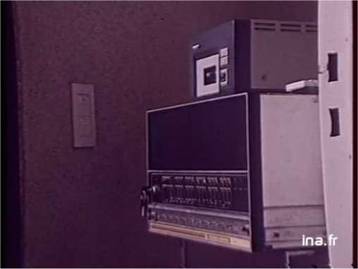 Au cœur de la maison automatisée siège un ordinateur. Nous sommes en 1979, c'est un Data General, que l'on commande avec de nombreux interrupteurs. © Ina