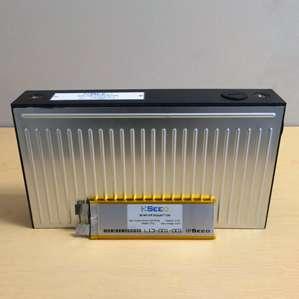 Au premier plan, le prototype de batterie lithium-ion à électrolyte solide développé par la start-up Seeo. Cette technologie permet de stocker deux fois plus d'énergie qu'une batterie lithium-ion classique, ce qui offrirait une autonomie théorique de plus de 300 kilomètres à une voiture électrique. © Seeo