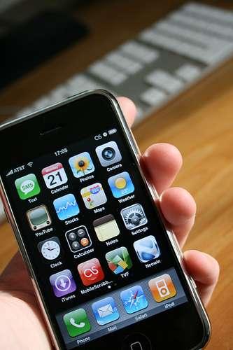 Parmi les centaines de milliers d'applications pour les smartphones, il y aura bientôt celle d'Hélios, qui nous préviendra qu'on a oublié un médicament grâce à une pilule à l'intérieur du corps reliée au téléphone. © William Hook, Flickr, cc by sa 2.0