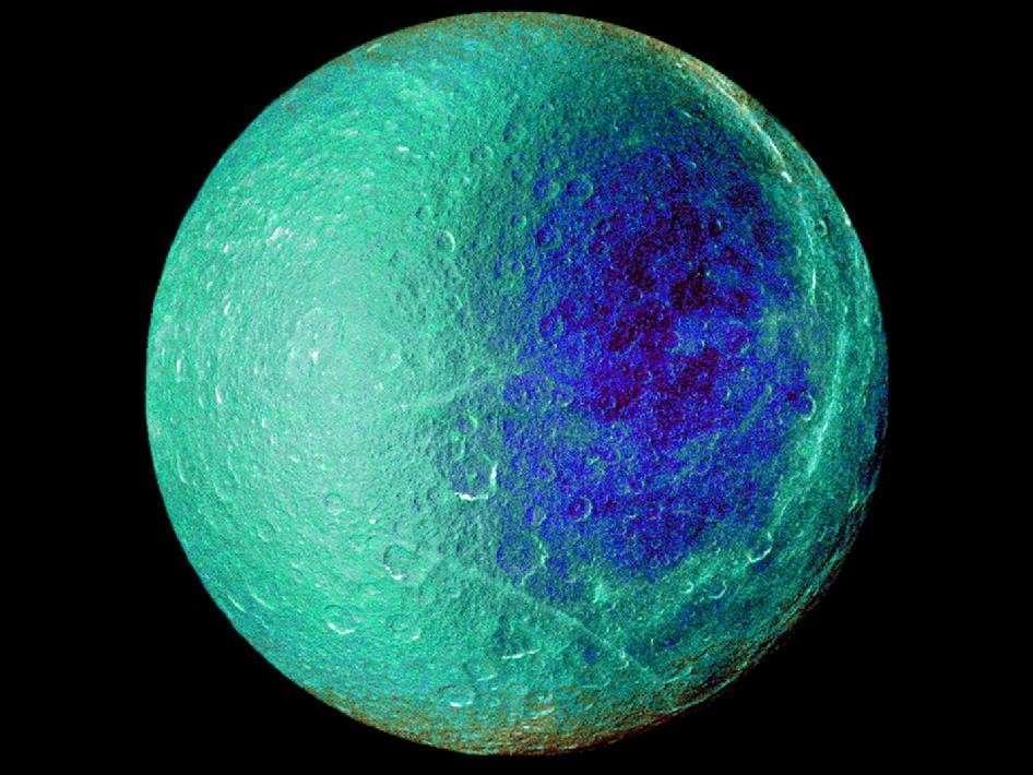 Image en fausses couleurs de Rhéa montrant le côté du satellite qui fait toujours face à Saturne. © Nasa/JPL/SSI
