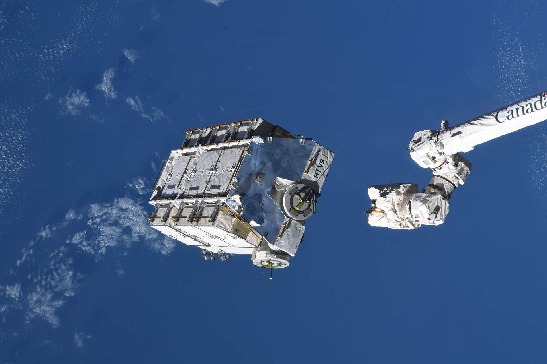 Une palette de 2,9 tonnes chargée d'anciennes batteries a été détachée de l'ISS le 11 mars dernier. © Nasa