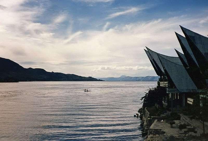 Aujourd'hui le site de Toba à Sumatra est un lac. Il y a environ de 73.000 ans, sur ce site prenait place un volcan entré en éruption avec une intensité inouïe. S'il est clair que cet événement, par ses effets sur le climat, a joué un rôle majeur dans l'évolution de l'Homme moderne, la grande question demeure Homo sapiens est-il arrivé en Asie avant ou après l'éruption ? © Bernard Gagnon, GNU 1.2