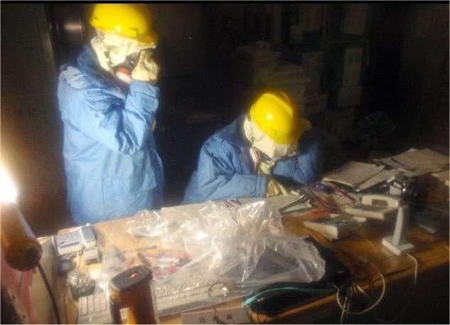 Deux hommes, en mars 2011, travaillant dans la centrale de Fukushima peu après l'accident du 11 mars. © NISA