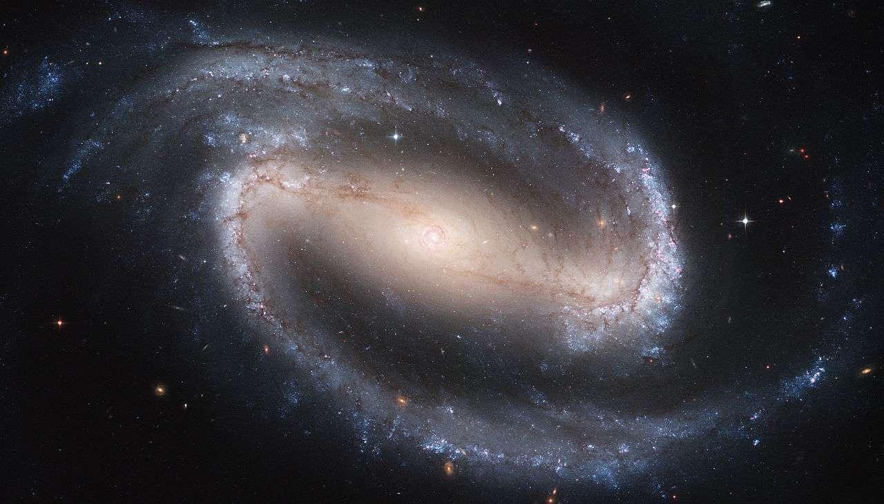 Sur cette image du télescope spatial Hubble, on voit la galaxie spirale barrée NGC 1300. Les deux tiers des galaxies spirales sont des galaxies spirales barrées. NGC 1300 est située à environ 18,7 Mpc (environ 61 millions d'années-lumière) de la Terre dans la constellation de l'Éridan. Elle a été découverte par John Herschel en 1835. © Nasa
