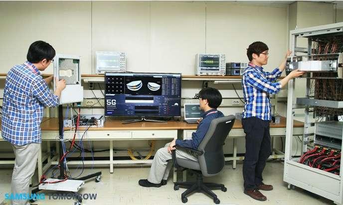 Dans son centre de recherche et développement, Samsung est parvenu à maîtriser une technologie de transmission basée sur la bande de fréquence à ondes millimétriques utilisée par les opérateurs Internet par satellite. La connexion 5G, réalisée sur une distance de deux kilomètres, a nécessité l'installation de 64 antennes relais. © Samsung Electronics