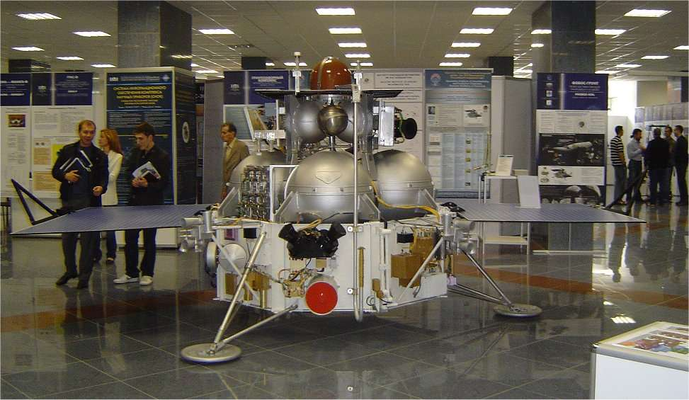 La sonde Phobos-Grunt en cours de préparation. © Cnes