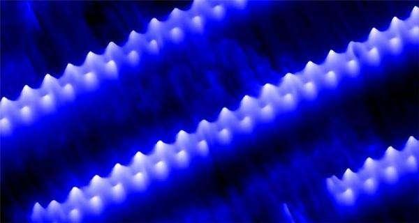 Les filaments de glace formés de quasi-cristaux nanométriques pentagonaux. Crédit : Matt Forster, University of Liverpool