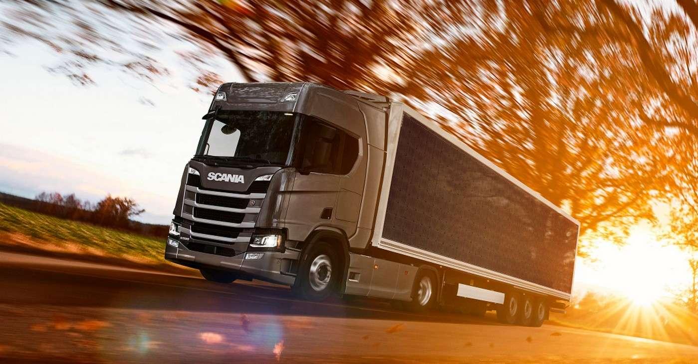 Le camion hybride Scania avec sa remorque de 14 mètres recouverte de panneaux photovoltaïques. © Scania