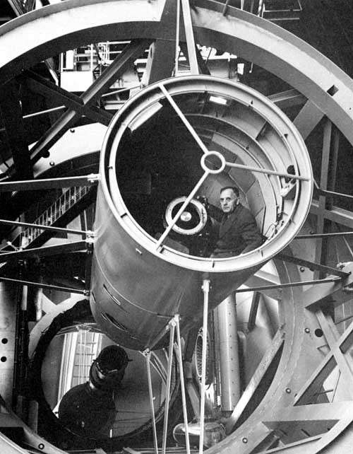 Edwin Hubble dans la cage d'observation du télescope de 5 mètres de diamètre du Mont Palomar. Crédit : Observatoire du Mont Palomar