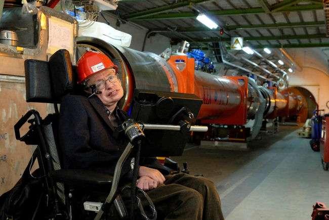 Stephen Hawking en visite au Cern, peut-être le seul endroit où l'on pourra prouver sa prédiction concernant l'évaporation d'un trou noir. Crédit : Cern.