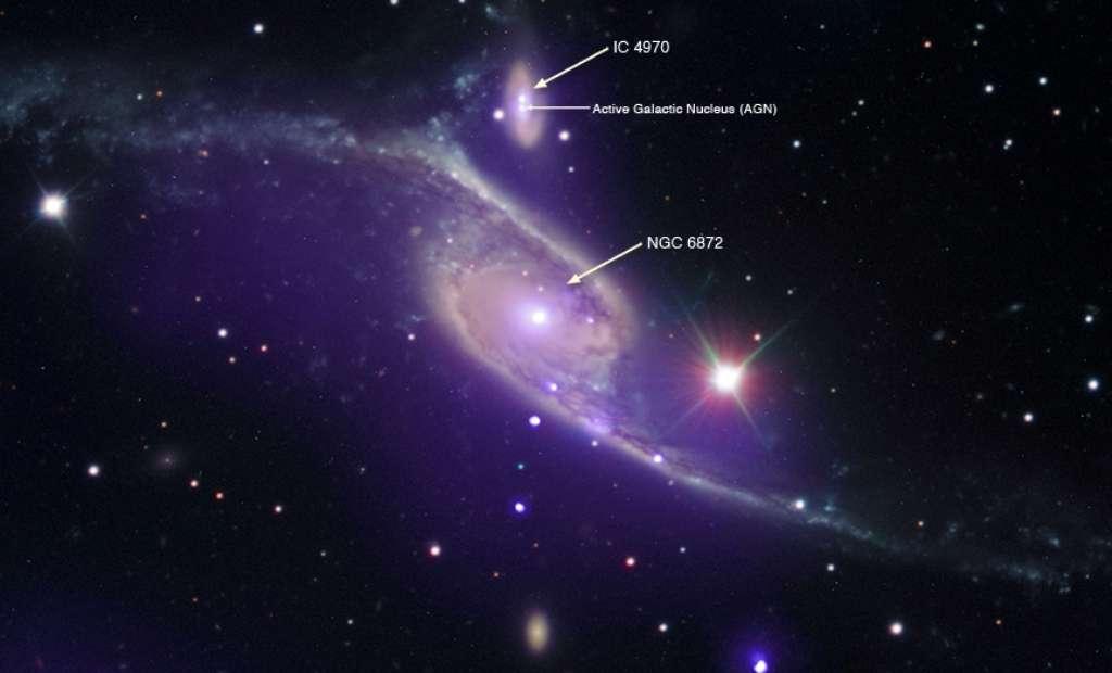 Cette image composite provient des observations faites avec trois télescopes. Elle montre les deux galaxies NGC 6872 et IC 4970 en interaction. Les observations dans le domaine des rayons X faites par Chandra sont en mauve, tandis que les données infrarouges du télescope spatial Spitzer sont en rouge et les données optiques du Very Large Telescope (VLT) de l'ESO sont en rouge, vert et bleu. © Rayons X : Nasa, CXC, SAO, M. Machacek ; visible : ESO, VLT ; infrarouge : Nasa, JPL-Caltech