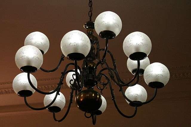Installer un lustre dans une pièce peut être un véritable atout esthétique. © François Schnell, Wikimedia Commons, CC BY 2.0