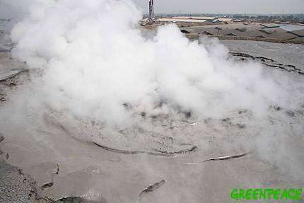 Vue aérienne du cône d'éruption.