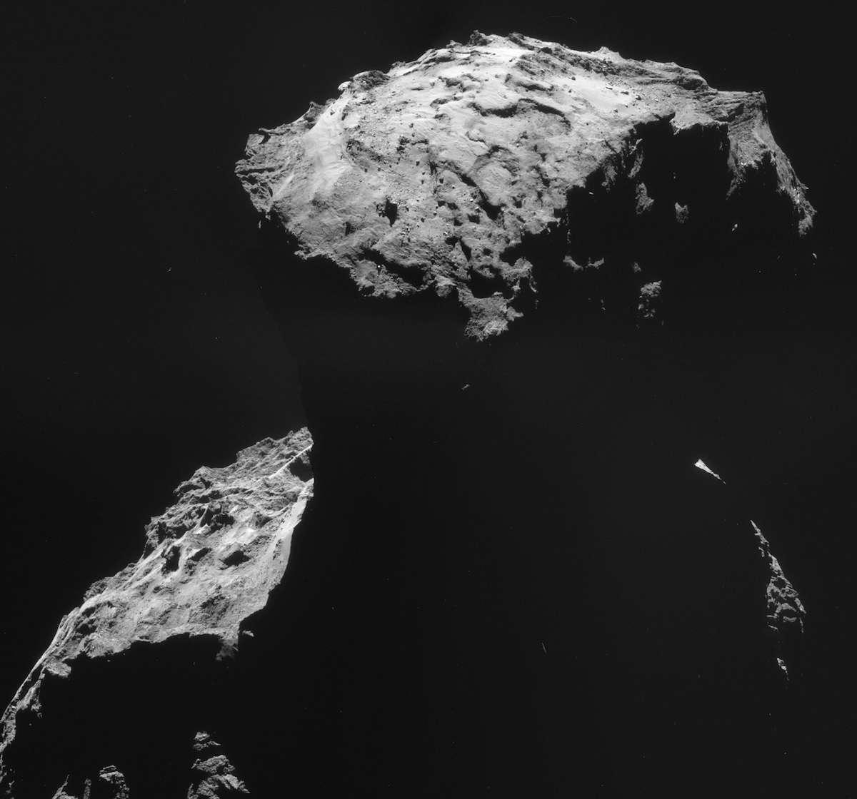 Image composite prise par la caméra de navigation de Rosetta, le 30 octobre 2014 à une distance de 26,8 km du centre du noyau de cette comète de 4 km de long. © Esa, Rosetta, NAVCAM