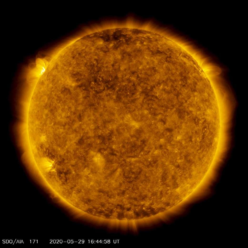 Une éruption a fait son apparition sur notre Soleil — en haut à gauche — le 29 mai dernier. Après des mois de calme, c'est peut-être le signe d'un regain d'activité de notre étoile. © Joy Ng, Solar Dynamics Observatory, Nasa