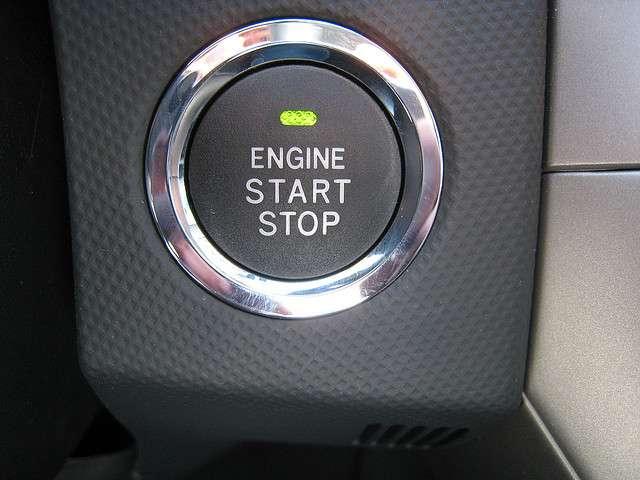 Le bouton du mode Stop & Start d'une Toyota Auris. © Stefanos Kofopoulos CC by-sa 2.0