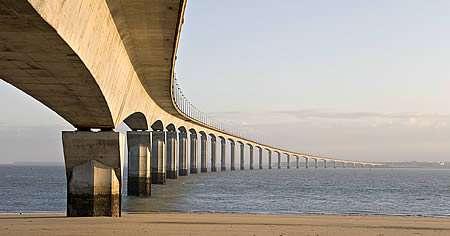 Le béton précontraint a notamment été utilisé pour réaliser le pont de l'île de Ré. Ses 796 voussoirs utilisent ce matériau. © TCY, CC BY-SA 1.0, Wikimedia Commons