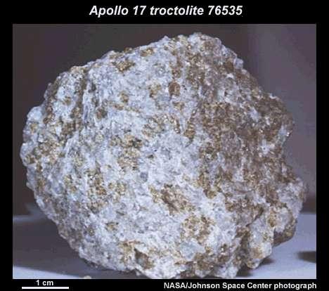 La roche baptisée troctolite 76535 trouvée par les astronautes de la mission Apollo 17 dans la région de Taurus-Littrow. Crédit : Nasa.