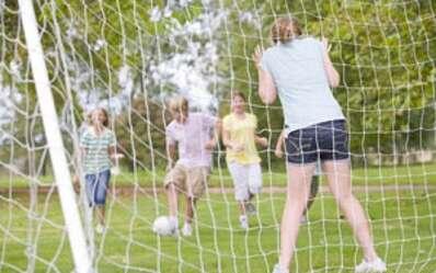 L'étude montre une réduction de 26 % de l'obésité, en pratiquant deux sports collectifs. Basket, foot, rugby, handball... Il y a le choix ! © Phovoir